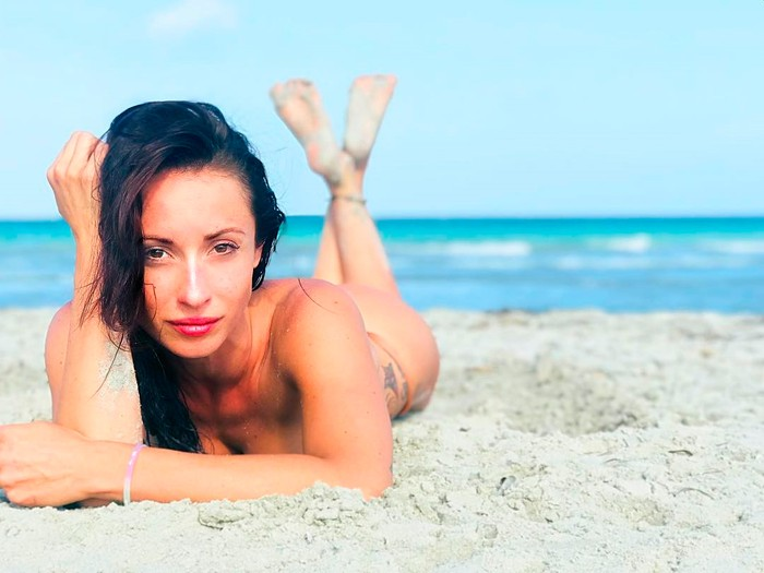 María Hinojosa topless playero