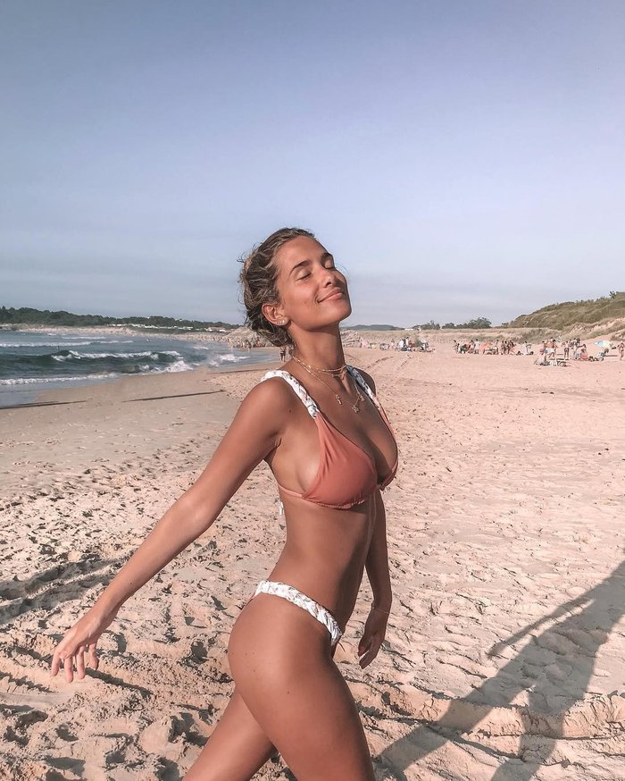 María Pombo paseando playa