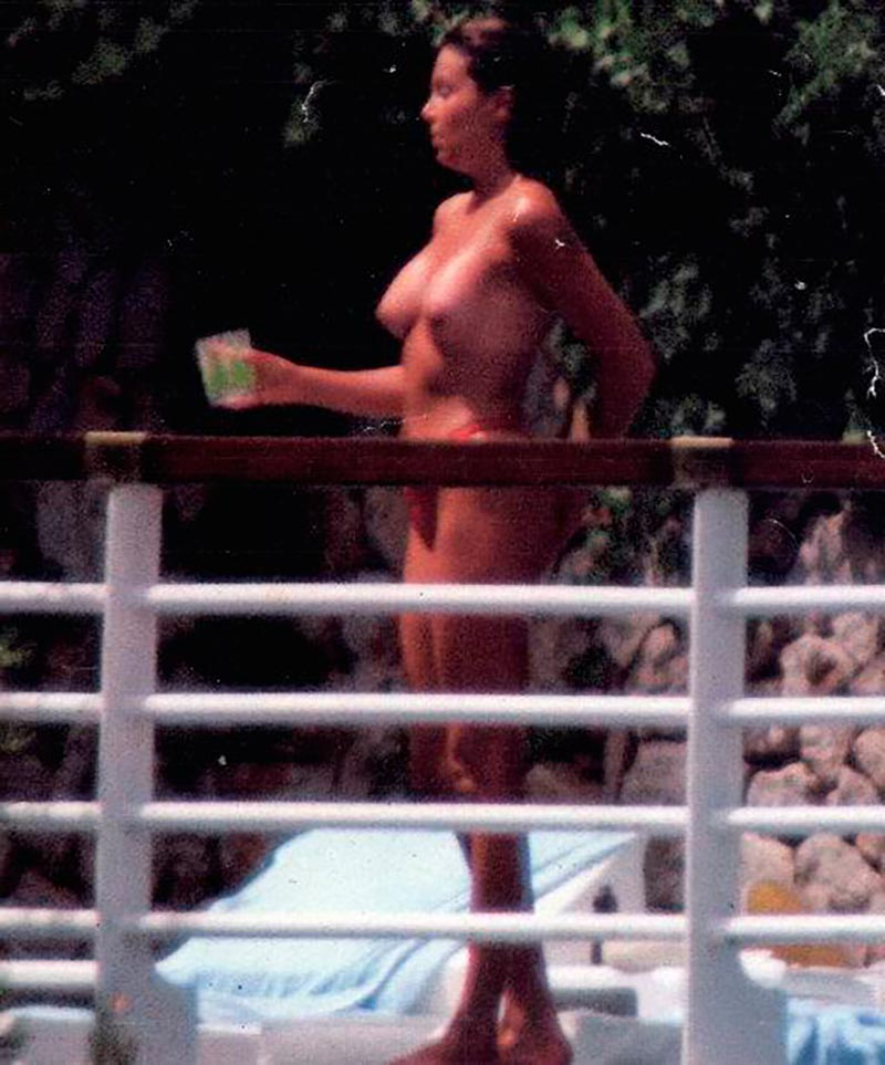 Ana Obregón Topless Pillada Vacaciones