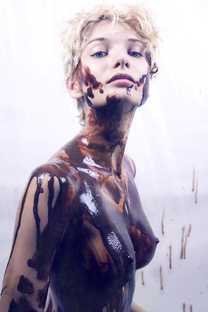 Carolina Mateur posando desnuda pintura