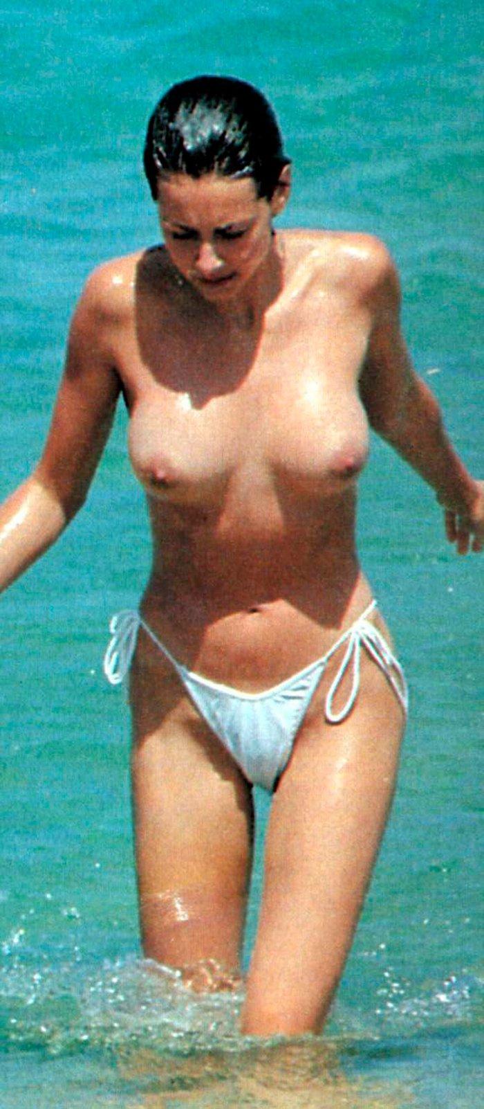 Esther Arroyo saliendo agua desnuda
