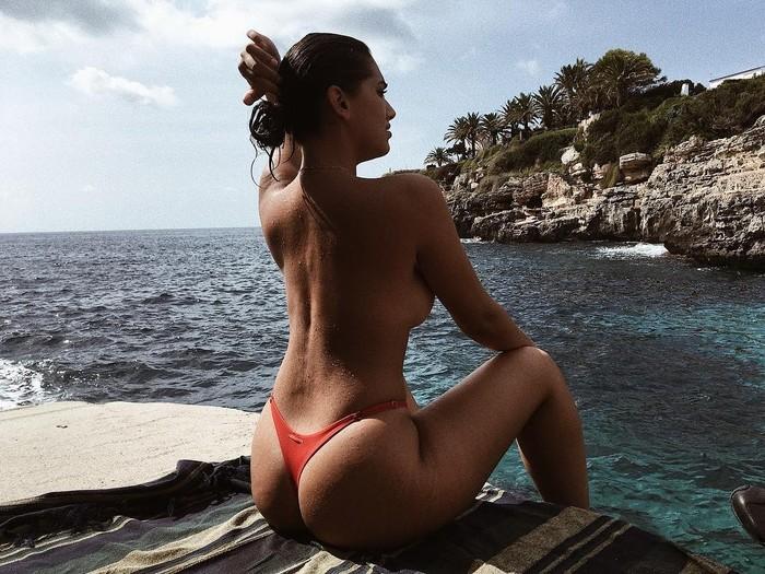Lorena Durán topless en playa