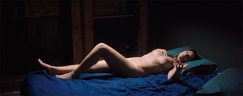 Monica Bellucci Completamente Desnudo Sobre Cama