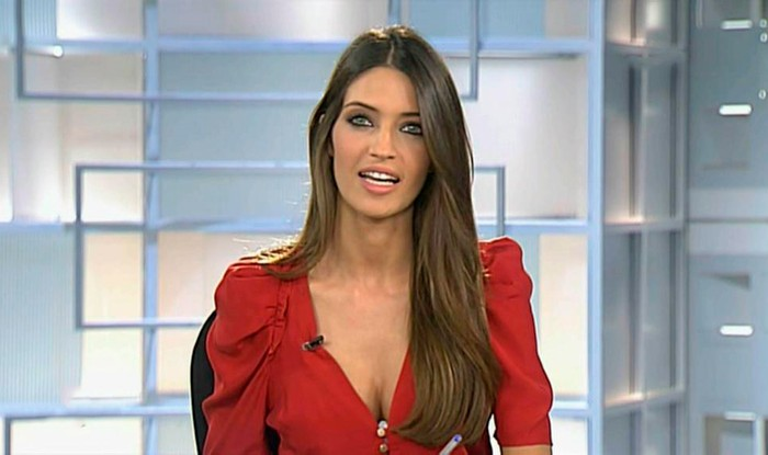 Sara Carbonero escote vestido rojo