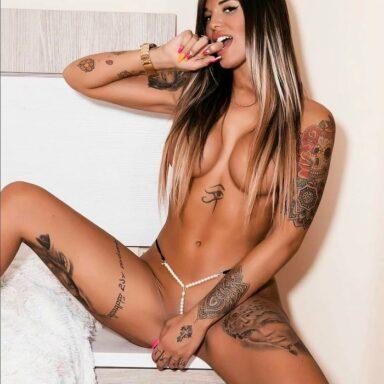Nuría MH completamente desnuda enseña coño
