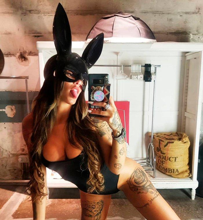 Nuría MH disfrazada conejita Playboy