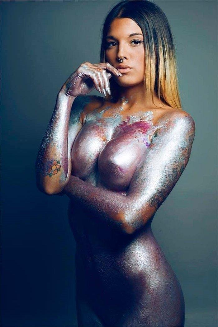 Nuría MH posado erótico cuerpo pintado