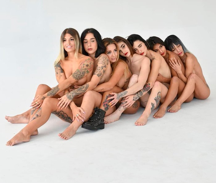 Nuria MH desnuda con amigas