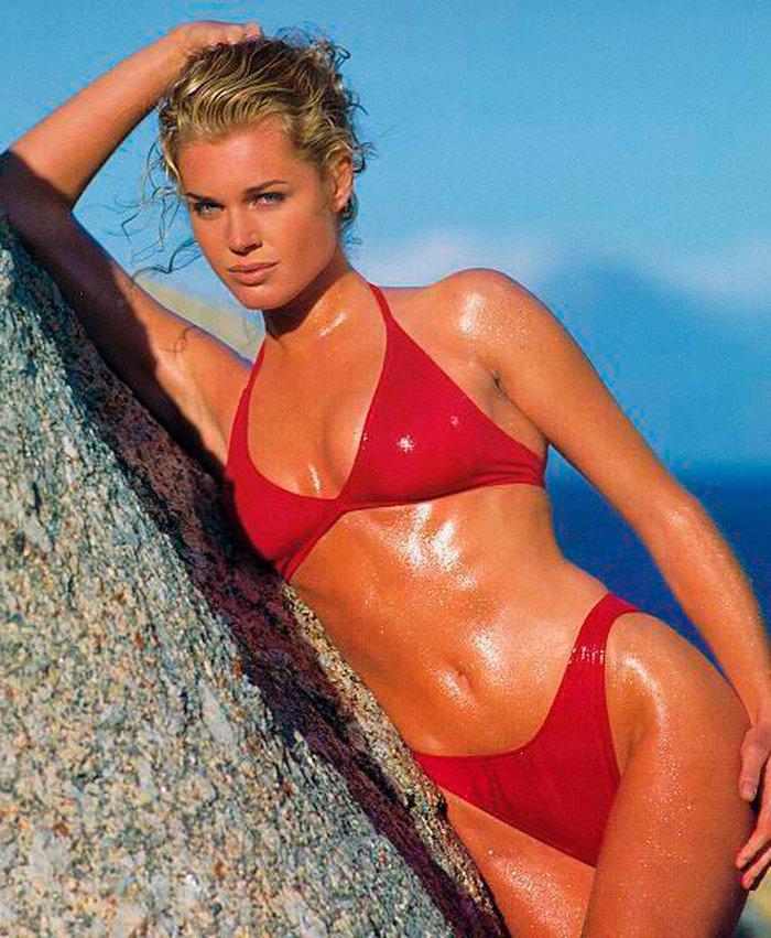 Rebecca Romijn bikini rojo