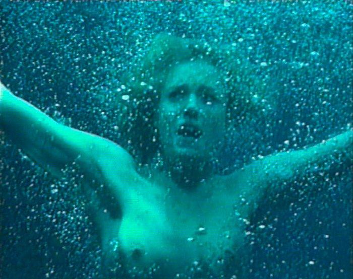 Rebecca Romijn desnuda bajo agua