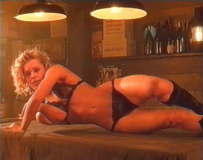 Rebecca Romijn lencería sobre barra bar