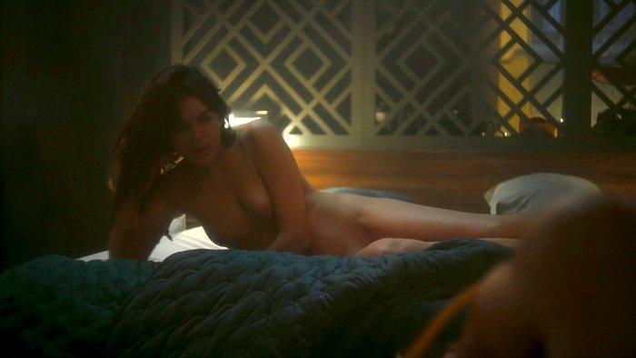 Adriana Ugarte desvestida sobre cama