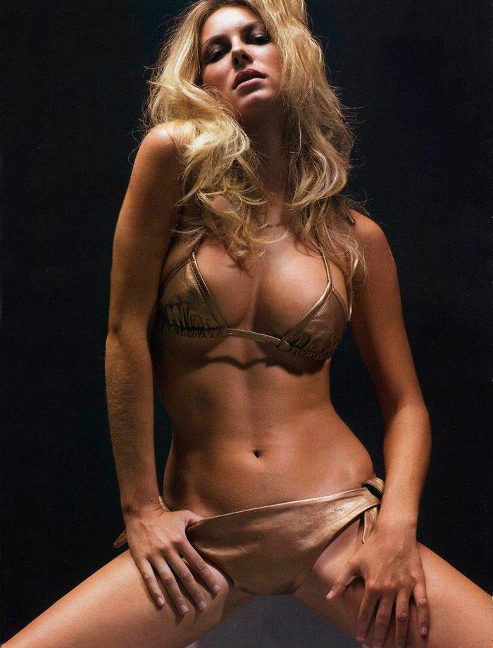 Kira Miro desnuda revista FHM 3