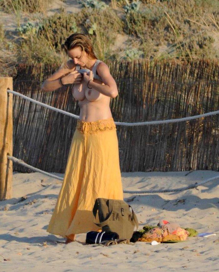 Kira Miro pillada Topless playa Menorca