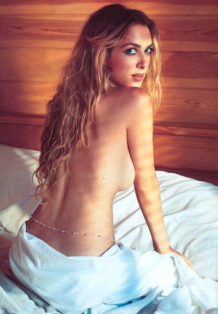 Kira Miro topless en cama