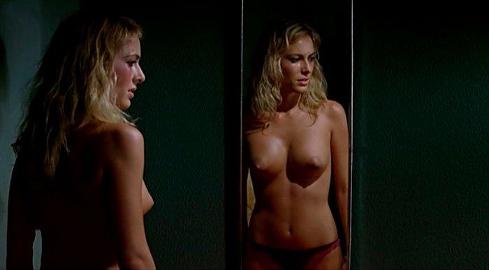 Kira Miro topless en espejo