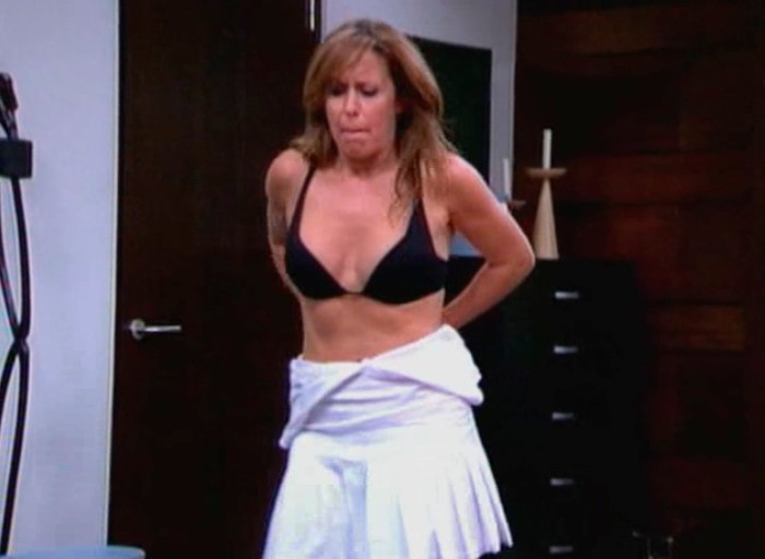 Miriam DiazAroca quitándose ropa