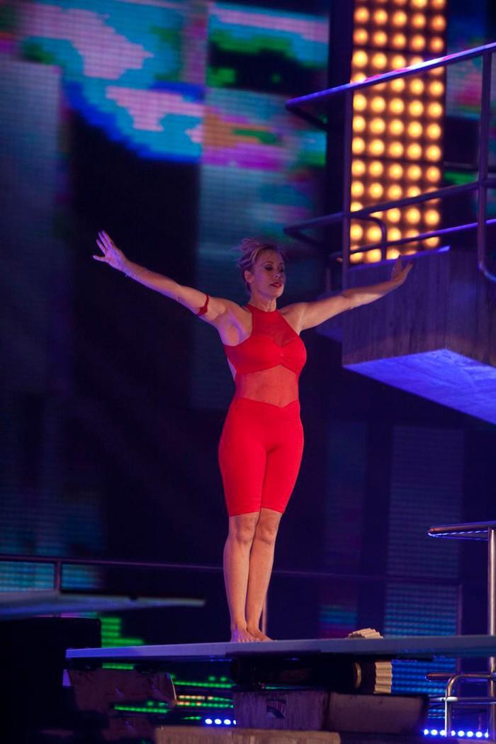 Miriam DiazAroca saltando en sexy bañador rojo