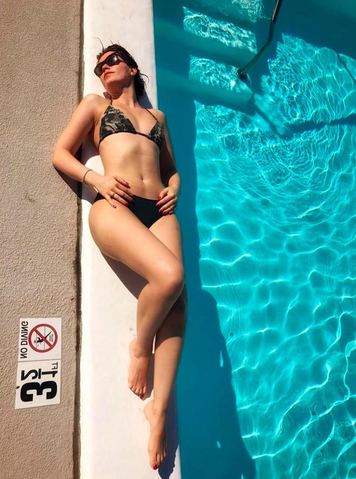 Celia Freijeiro posado piscina
