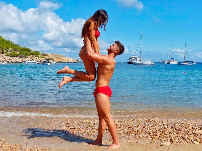 Andrea Gasca bañador con novio
