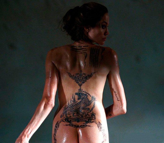 Angelina Jolie enseña culo tatuaje espalda