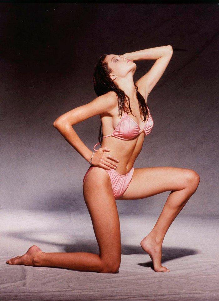 Angelina Jolie espectacular posado bikini joven 2