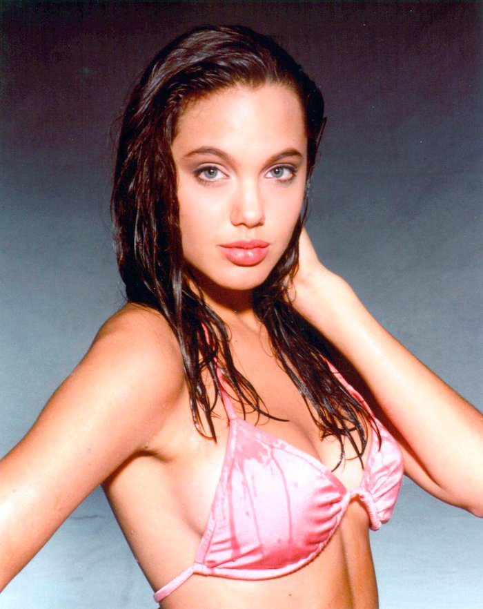 Angelina Jolie espectacular posado bikini joven 3