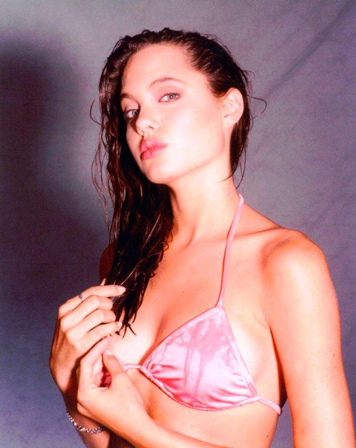 Angelina Jolie espectacular posado bikini joven 4
