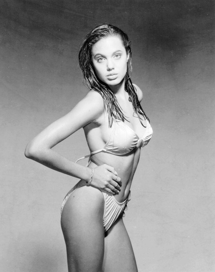 Angelina Jolie espectacular posado bikini joven 5