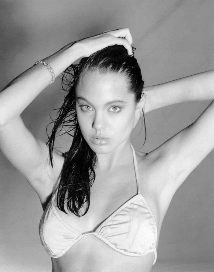 Angelina Jolie espectacular posado bikini joven 6