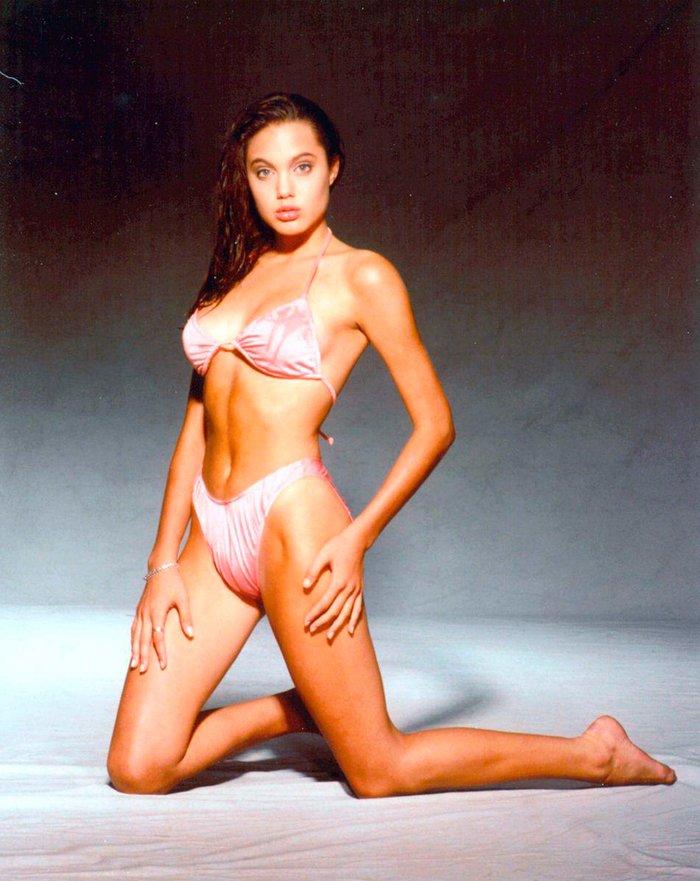 Angelina Jolie espectacular posado bikini joven