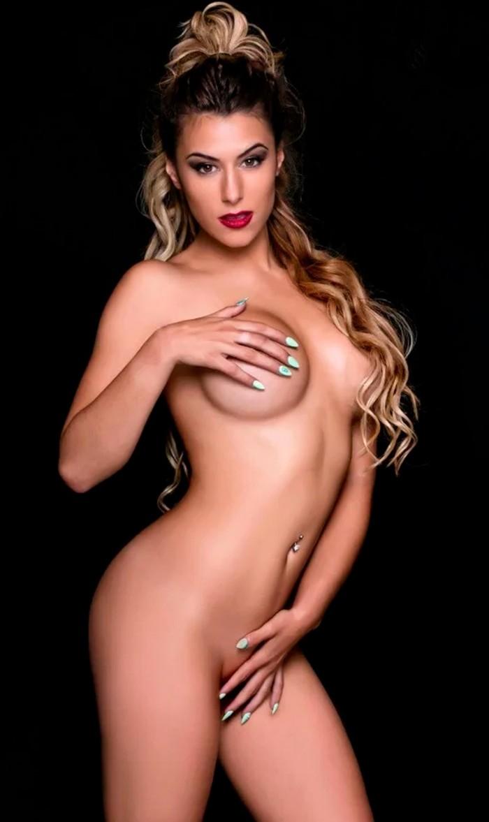 Beatriz Retamal desnuda topless