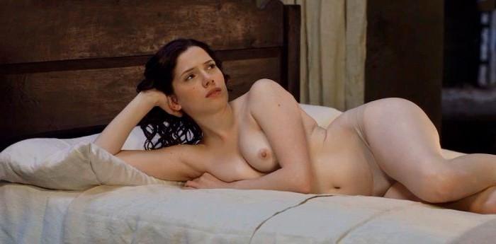 Diana Gómez tetas sobre cama