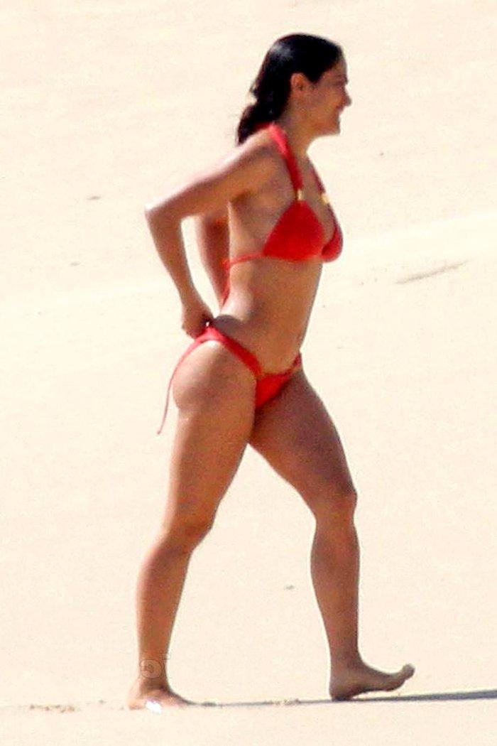 Salma Hayek pillada paparazzi playa