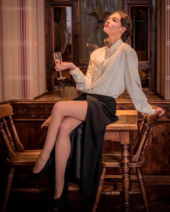 Carmen Climent piernas largas falda