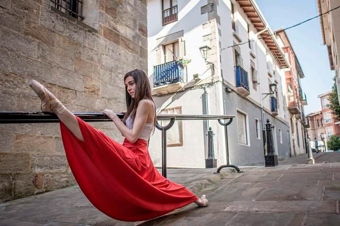 Carmen Climent posado artístico spagat elasticidad bailarina