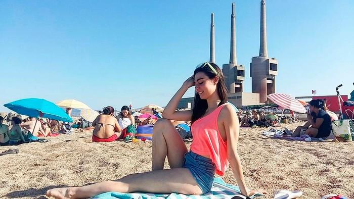 Carmen Climent tomando sol playa
