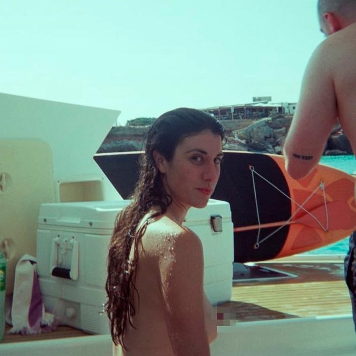 Elena Martín topless naturista