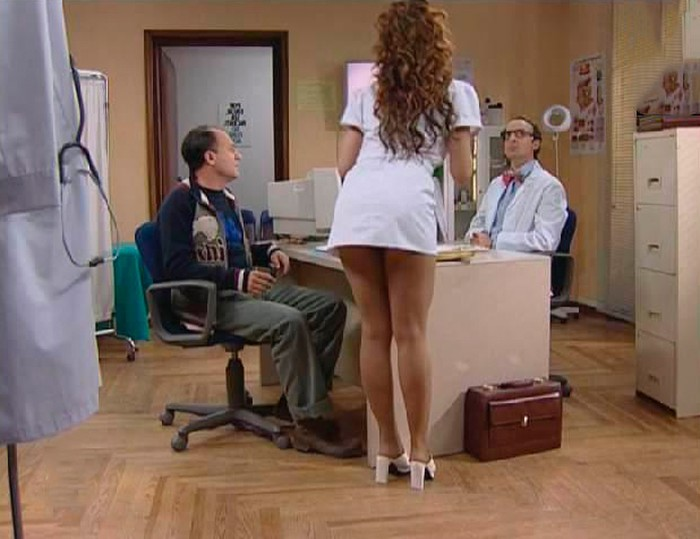 Isabel Pintor vestida enfermera sexy minifalda