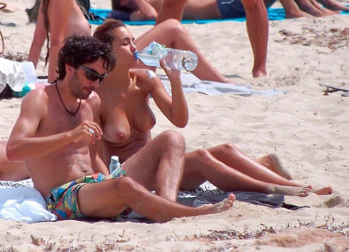 Megan Montaner pillada topless playa paparazzi 10