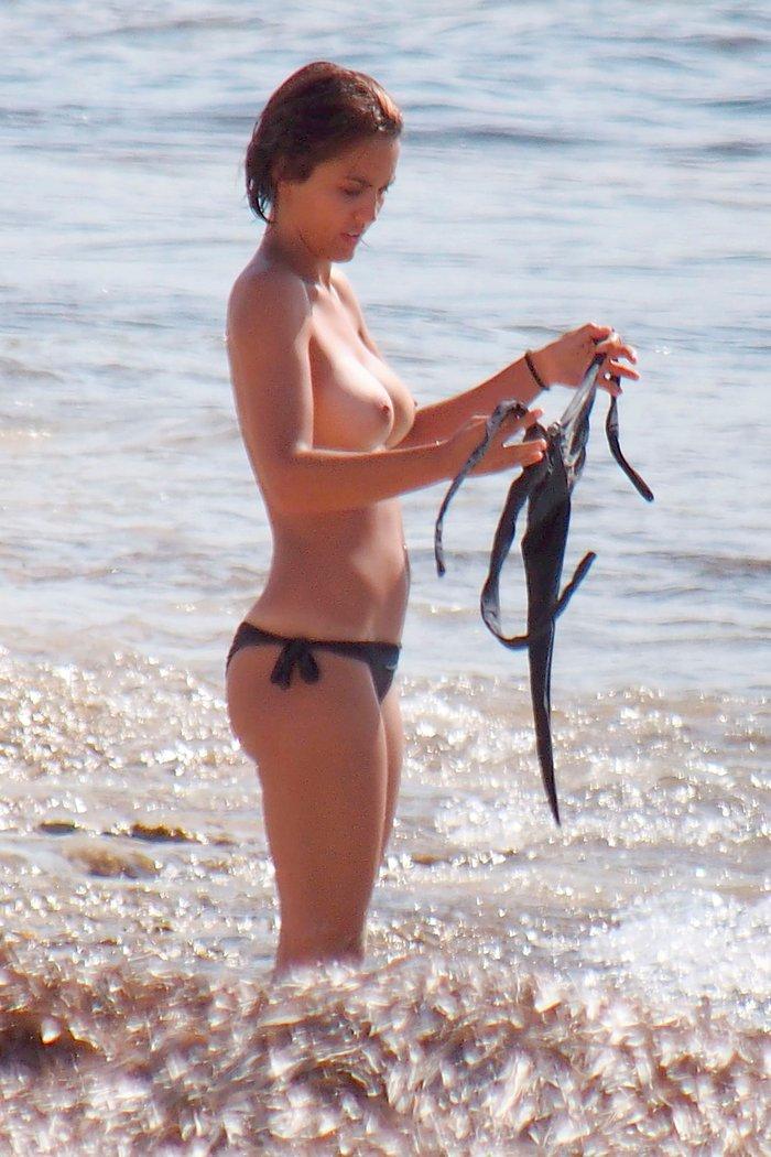 Megan Montaner pillada topless playa paparazzi 11