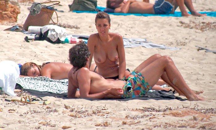 Megan Montaner pillada topless playa paparazzi 4