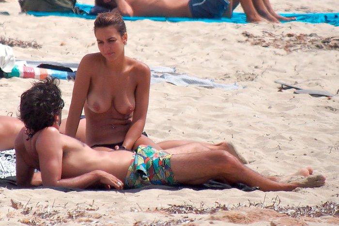 Megan Montaner pillada topless playa paparazzi 6