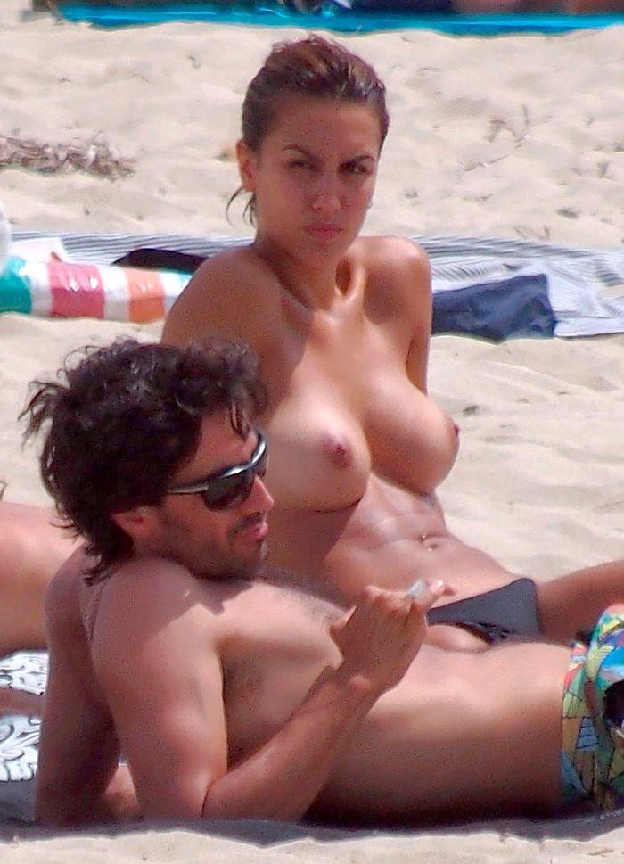 Megan Montaner pillada topless playa paparazzi 8