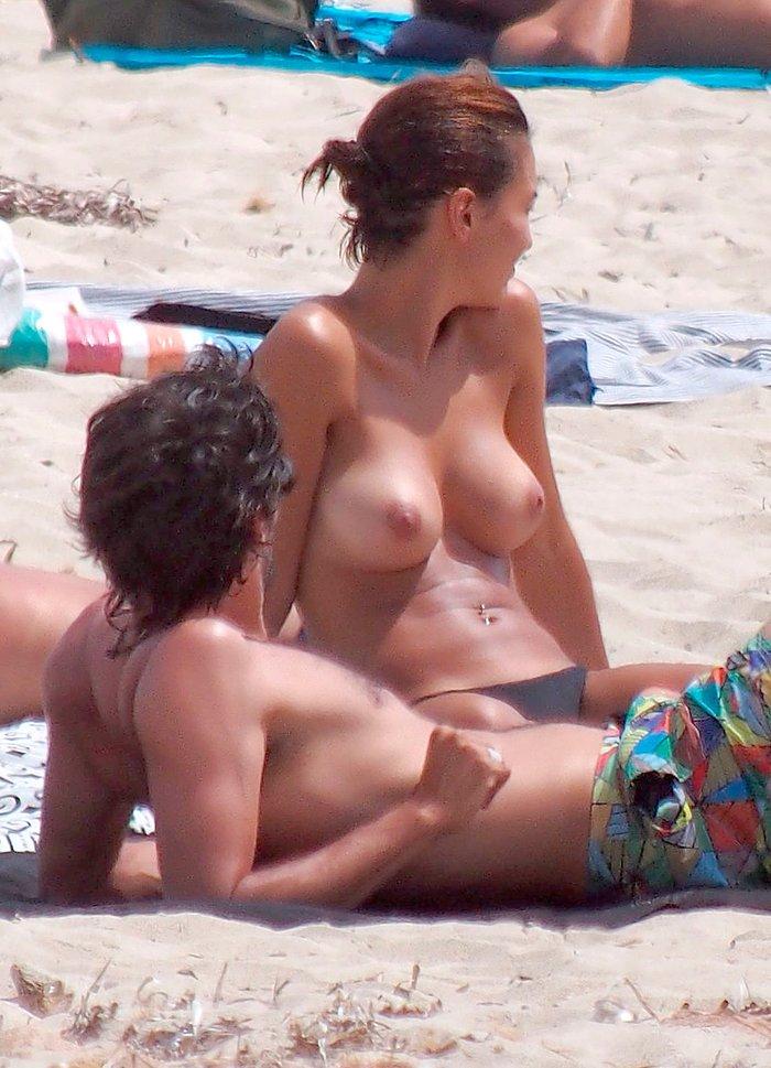 Megan Montaner pillada topless playa paparazzi 9