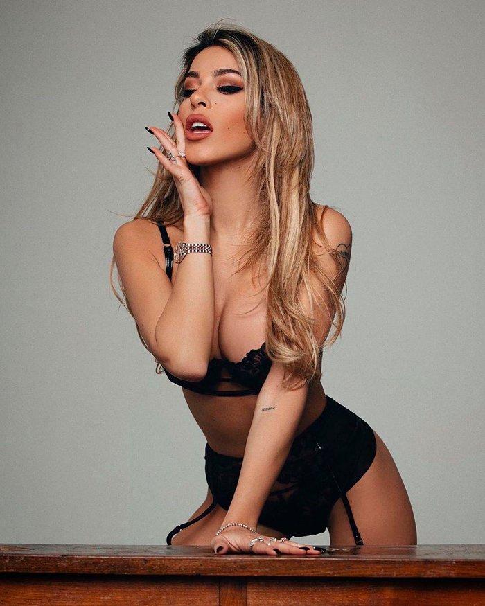 Oriana Marzoli lencería negra erótica