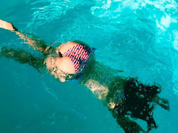 Silvia Alonso enseña culo bikini pisicna