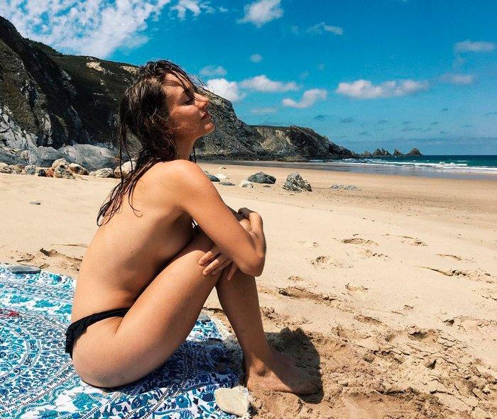 Silvia Alonso topless playa