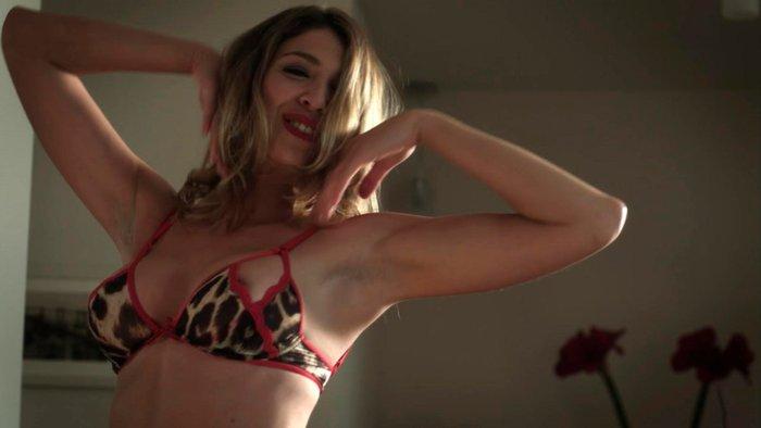 Daniela Costa Desnuda Striptease Ropa Interior