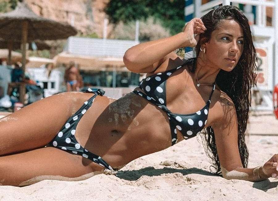 Melyssa Pinto Posado Sexy Playa Bañador